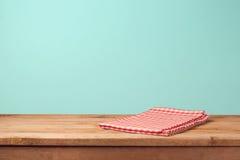 La tavola di legno vuota ed il rosso della piattaforma hanno controllato la tovaglia immagini stock