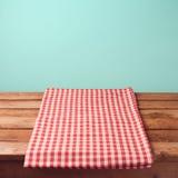 La tavola di legno vuota ed il rosso della piattaforma hanno controllato la tovaglia Fotografia Stock Libera da Diritti