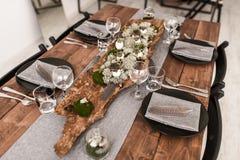 La tavola di lusso ha messo nell'interno classico della sala da pranzo di stile fotografia stock libera da diritti