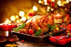 La tavola di ringraziamento è servito con il tacchino, decorato con le foglie di autunno immagine stock