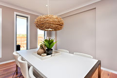 La tavola dinning lussuosa della stanza ha installato con le sedie e il deco naturale Fotografie Stock