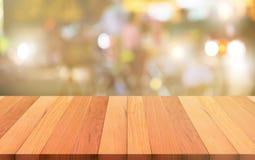 La tavola e l'estratto di legno superiori vuoti hanno offuscato il fondo naughty fotografia stock libera da diritti