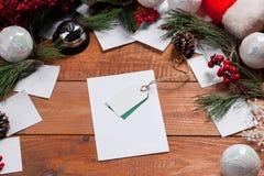 La tavola e la decorazione di legno di Natale Fotografia Stock Libera da Diritti