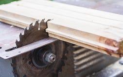 La tavola elettronica a macchina di carpenteria ha visto, argento dell'acciaio del metallo del taglio vivo fotografie stock