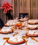 La tavola festiva decorata con oro ha colorato i piatti e la coltelleria fotografia stock
