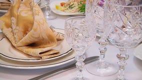 La tavola meravigliosamente decorata ha messo con i fiori, le candele, i piatti ed i tovaglioli per nozze o un altro evento in archivi video