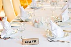 La tavola meravigliosamente messa è riservata per gli ospiti del ristorante Fotografie Stock Libere da Diritti