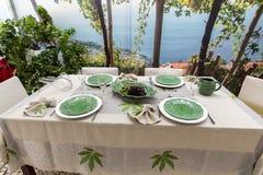 La tavola pronta raffinata e specializzata attende l'arrivo degli ospiti fotografia stock