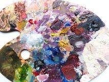 La tavolozza degli artisti con i colori si mescola sopra fondo bianco Fotografia Stock Libera da Diritti