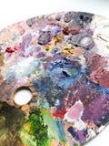 La tavolozza degli artisti con i colori si mescola sopra fondo bianco Priorità bassa moderna Fotografia Stock Libera da Diritti