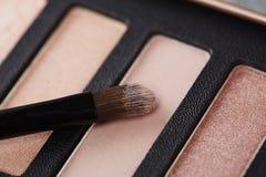 La tavolozza degli ombretti rosa con compone la spazzola Fotografie Stock