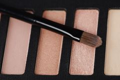 La tavolozza degli ombretti rosa con compone la spazzola Fotografia Stock
