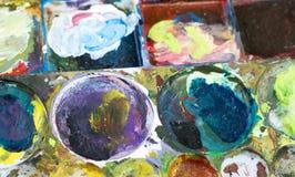 La tavolozza del ` s del pittore ha riempito di molti colori Completamento seguente Immagini Stock