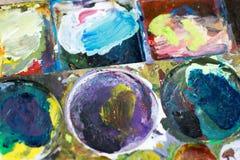 La tavolozza del ` s del pittore ha riempito di molti colori Completamento seguente Immagine Stock Libera da Diritti