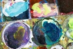 La tavolozza del ` s del pittore ha riempito di molti colori Completamento seguente Fotografia Stock