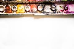La tavolozza dell'acquerello è variopinta Fine alta e macro Immagine Stock