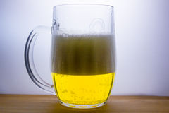 la taza con la cerveza ligera vierte Foto de archivo
