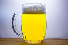 la taza con la cerveza ligera vierte Imagenes de archivo