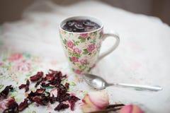 La taza con té rojo está en la tabla Fotografía de archivo libre de regalías