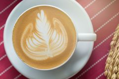La taza de café con arte hermoso del Latte y la mantequilla se apelmazan, Selectiv Imagen de archivo libre de regalías