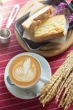 La taza de café con arte hermoso del Latte y la mantequilla se apelmazan, Selectiv Fotos de archivo libres de regalías