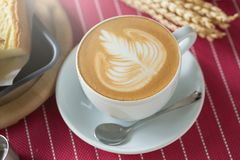 La taza de café con arte hermoso del Latte y la mantequilla se apelmazan, Selectiv Imágenes de archivo libres de regalías