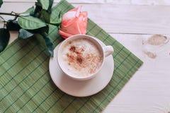 La taza de café con subió mañana de las notas del nd buena en la tabla rústica blanca desde arriba, acogedor y sabroso desayuno,  Fotos de archivo