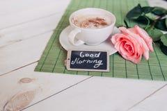 La taza de café con subió mañana de las notas del nd buena en la tabla rústica blanca desde arriba, acogedor y sabroso desayuno,  Fotografía de archivo