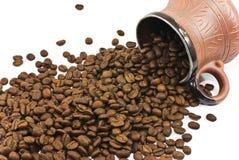 La taza de café de cerámica de Brown llenó de los granos de café Fotografía de archivo libre de regalías