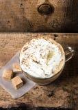 La taza de café del café express con el azúcar de caña y la crema del cubo remató los wi Imagen de archivo libre de regalías