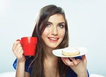 La taza de café del control de la mujer, el fondo blanco aisló el modelo femenino Fotos de archivo