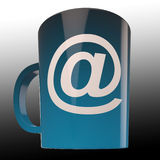 La taza de café del email muestra la comunicación de Caf? de Internet Foto de archivo