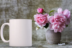 La taza de café en blanco blanca lista para su crea para requisitos particulares/cita imágenes de archivo libres de regalías