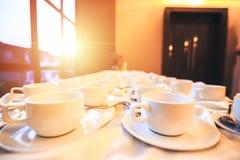 La taza de café está en la tabla en el hotel Fotografía de archivo