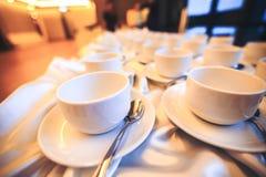 La taza de café está en la tabla en el hotel Imagen de archivo libre de regalías