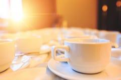 La taza de café está en la tabla en el hotel Imagenes de archivo
