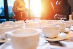 La taza de café está en la tabla en el hotel Imágenes de archivo libres de regalías