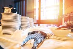 La taza de café está en la tabla en el hotel Fotos de archivo libres de regalías