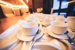 La taza de café está en la tabla en el hotel Fotografía de archivo libre de regalías