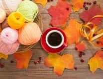 La taza de café, haciendo punto, hojas de otoño Fotos de archivo