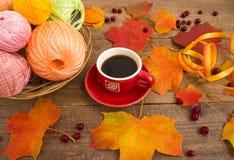 La taza de café, haciendo punto, hojas de otoño Fotografía de archivo