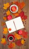 La taza de café, libreta, manzanas, hojas de otoño Fotos de archivo libres de regalías