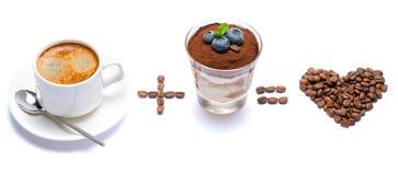 La taza de café más el postre italiano clásico del tiramisu con los arándanos en un vidrio ama igualmente la forma del corazón de foto de archivo libre de regalías