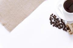 La taza de café rodeó los granos de café en el fondo blanco imágenes de archivo libres de regalías