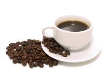 La taza de café y de habas Fotografía de archivo libre de regalías