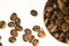 La taza de café y de habas Fotos de archivo libres de regalías