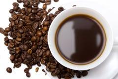 La taza de café y de habas Imagen de archivo libre de regalías