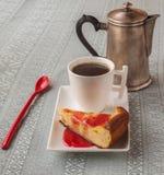 La taza de café y de queso coció el pudín con el atasco Foto de archivo libre de regalías