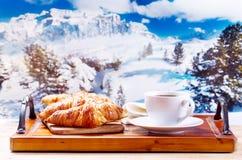 La taza de café y los cruasanes durante invierno ajardinan Fotografía de archivo libre de regalías
