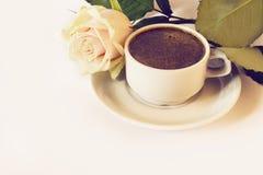 La taza de café y se levantó Imágenes de archivo libres de regalías